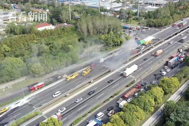 航拍上海外环S20发生6车追尾事故救援现场