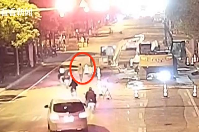 上海一男子用石头砸伤自己脚踝去碰瓷 被行政拘留五日