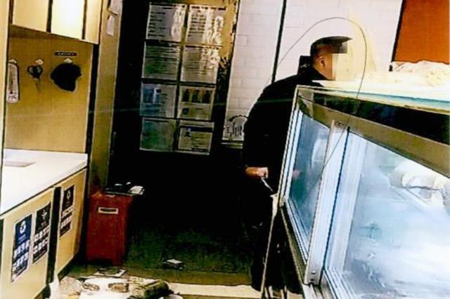 不满民事诉讼决最终结果 七旬老人在地铁站店内持刀闹事