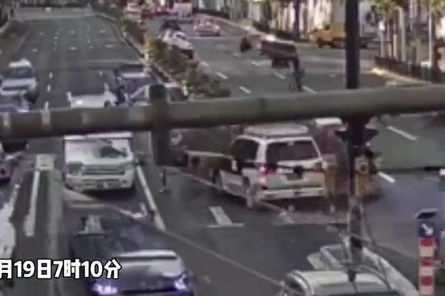 一男子在早高峰酒驾逆行 撞烂隔离栏后又撞2辆小汽车