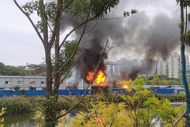 杨浦区一建筑工地突发火情 火苗窜至数米高