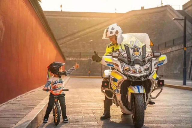 上海教委和上海交警:12周岁以下学生坐自行车要戴头盔