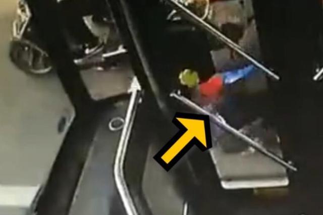 两辆非机动车碰撞骑车人命悬一线 后车司机及时刹车
