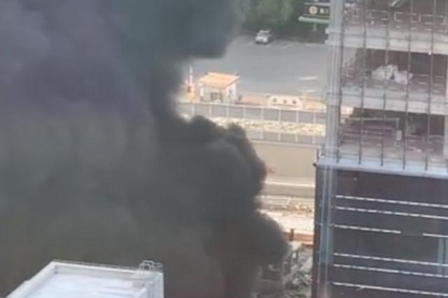 隆昌路近周家嘴路一单位发生火情 多辆消防车现场处置