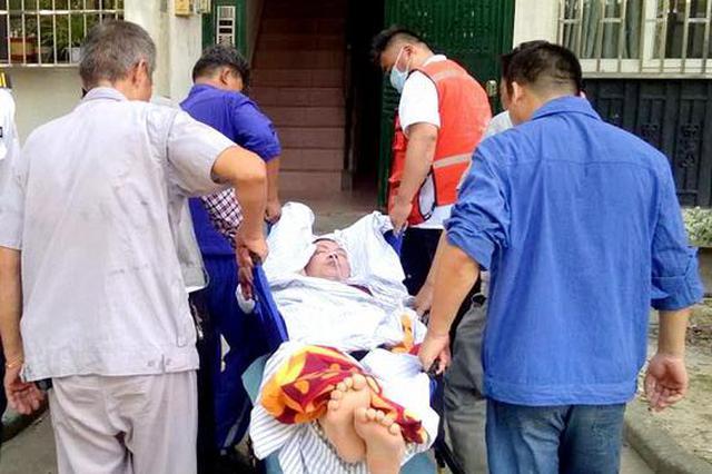 180斤的小伙病重送医难 保安列队将其捧下楼