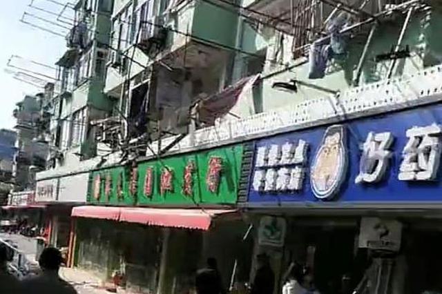 古莲路一小区燃气爆燃 造成多户居民家及商铺门框、窗框受损