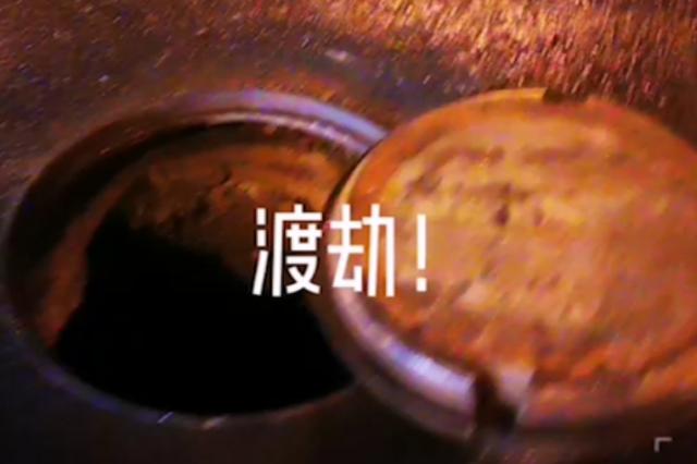 上海一音乐人骑摩托车险些掉入窨井洞 感慨捡回两条命