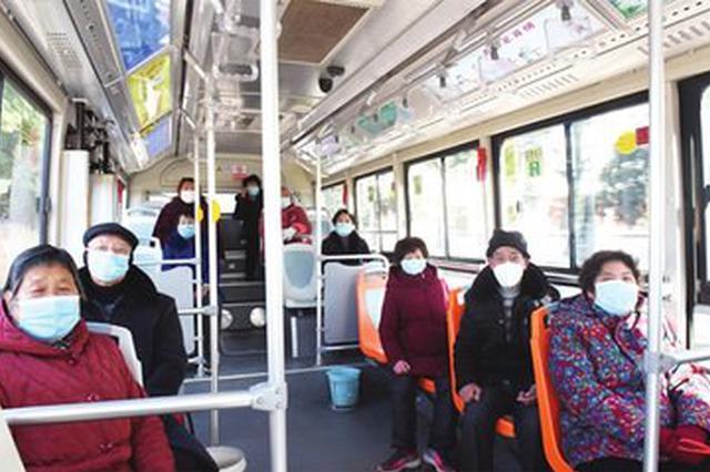 上海乘客乘公交不戴口罩被民警劝阻离车