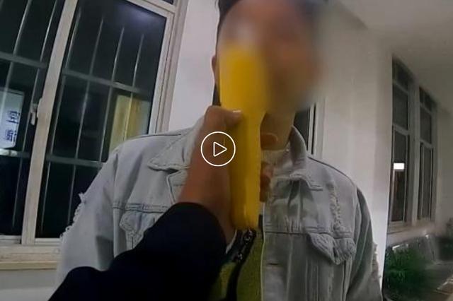 上海一醉酒男子赶走代驾自己开 小区内行车10米后撞树