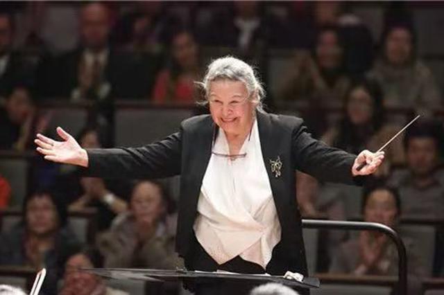 91岁硬核奶奶在沪指挥音乐会走红 系中国首位女指挥家