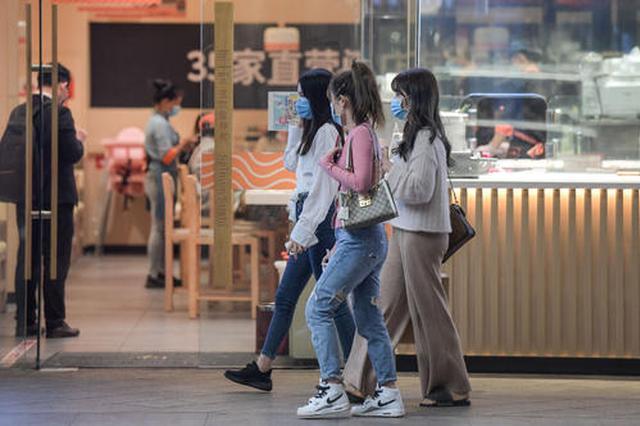 上海商场超市落实防疫举措 就餐时间提倡在2小时内
