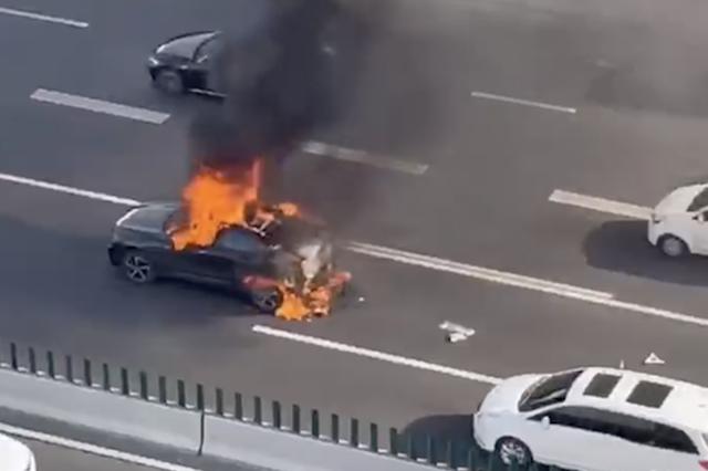 延安高架一电动车自燃烧得只剩框架 司机:提车不到10天