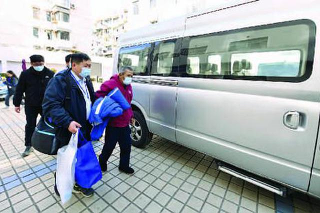 六旬老人离家流浪40年 带着上海爱心棉衣裤踏上返乡路