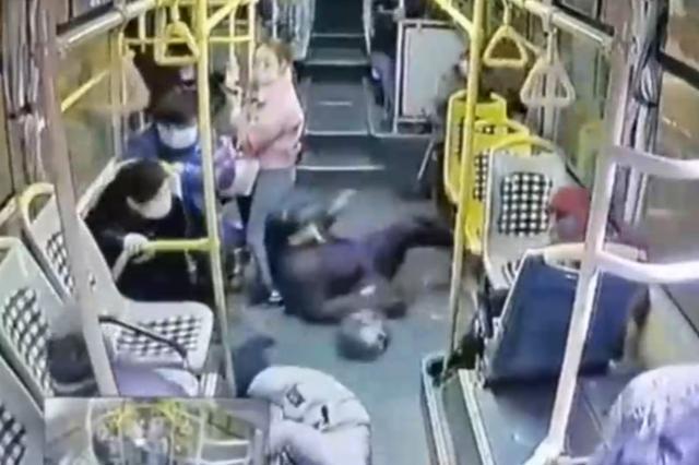 为避让前车 上海一公交车急刹致38岁女乘客摔倒身亡
