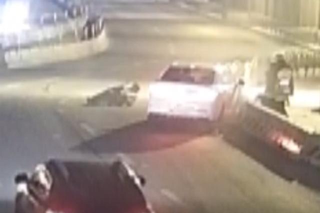 司机醉驾凌晨撞倒环卫工 在车上睡到早高峰被民警叫醒