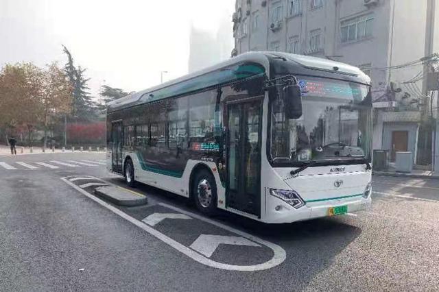 公交车急刹致乘客身亡 业内人士:座位配置安全带不可行