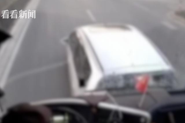 路怒司机被加塞后怀恨在心 连续三次急刹别大巴致车祸