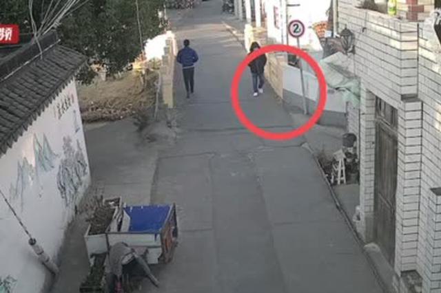 上海一小偷行窃前后换装避嫌 却因外八走路习惯被识破
