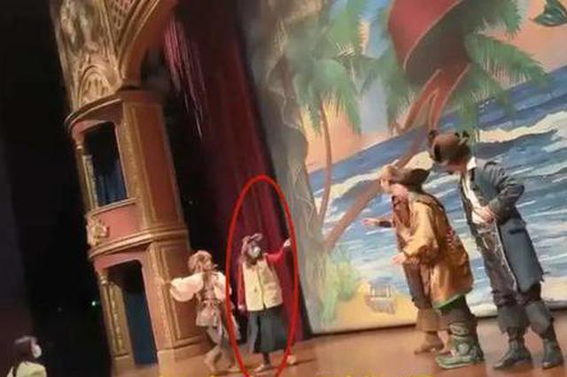 沪迪士尼游客上台殴打演员 通报:女子系急性精神病障碍