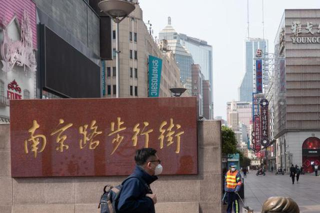 一对姐弟在南京路步行街撒钱 调查发现两人患精神疾病