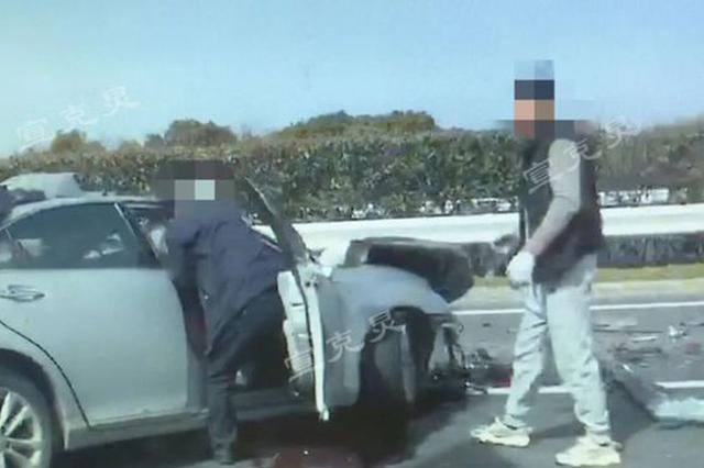 G40沪陕高速崇明段一轿车追尾养护车 事故致2死3伤