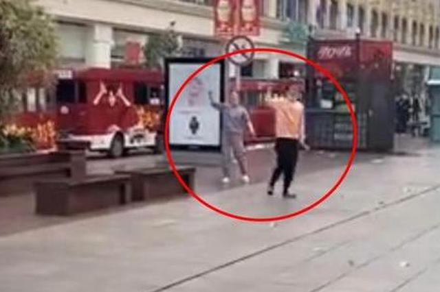 南京東路驚現拋幣行為 警方:涉事人患精神疾病