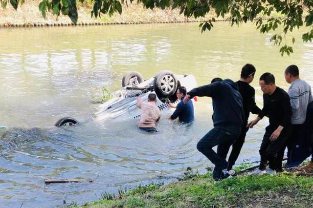 上海宝山一教练车坠河一男子死亡 事故原因还在调查中