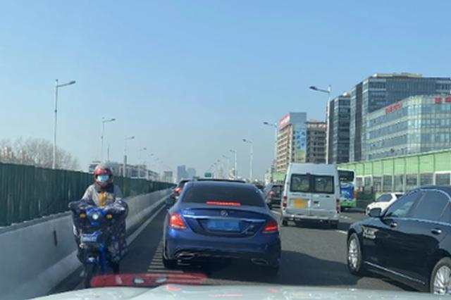 5旬女子骑电动车上高架 网民举报:旁边的汽车害怕得不行