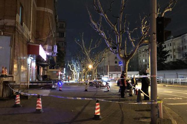 上海一楼外墙掉落宽约6扇窗 居民称碎块溅到一女士腿上