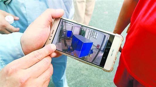 水质在线监测情况可实时传到手机管理平台。    陈玺撼 摄