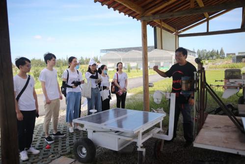 农场主为同学们介绍农场机器人的各种功能