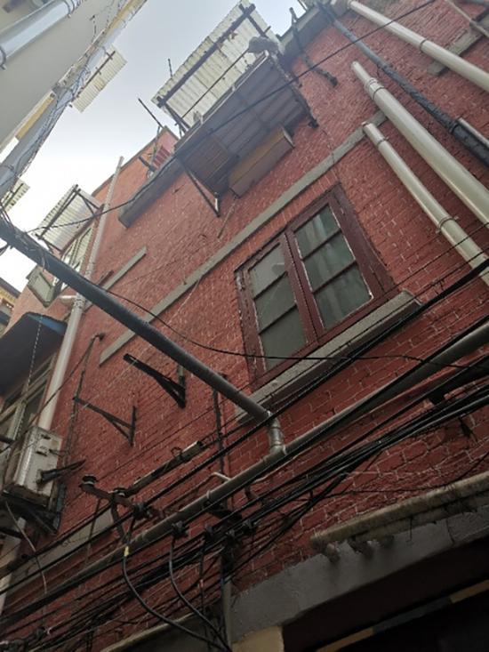 倪阿姨在宁海东路89弄10号3楼的没有煤卫、8.8平方米房子里一住了就是30多年。