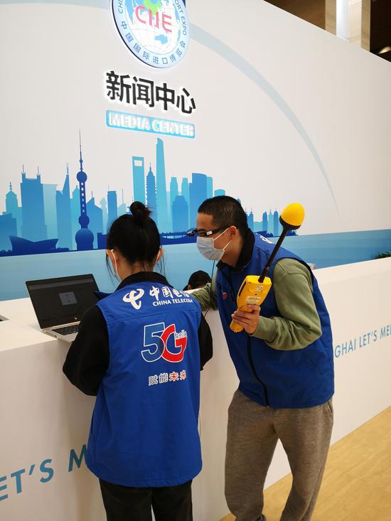 进博会主新闻中心,上海电信提供了2路万兆接入的宽带和WiFi网络。王万隆摄影