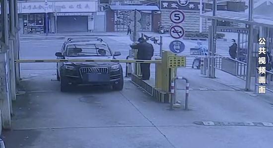 男子无出入证进小区遭拒 强行闯入后撞飞栏杆扬长而去