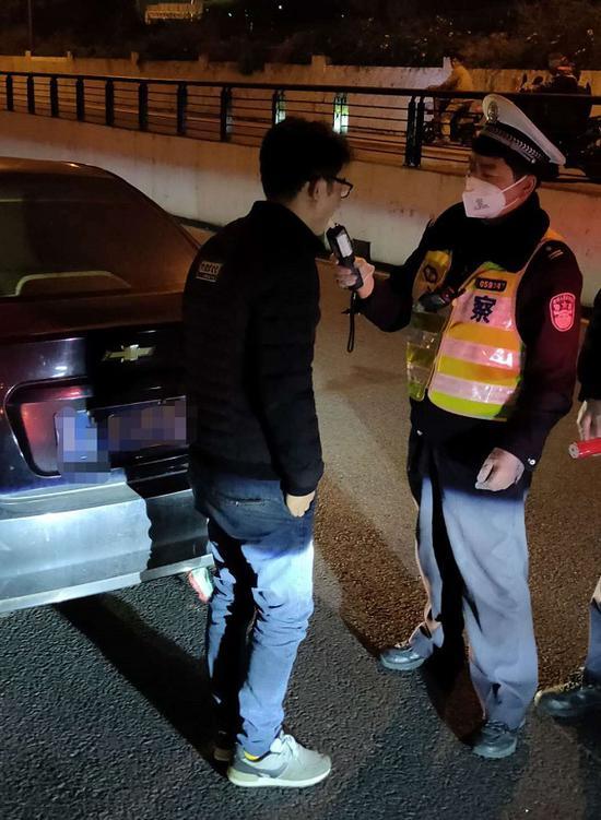 图说:崇明分局交警支队持续开展各类交通违法行为专项整治行动 警方供图