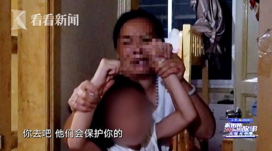 女子违法开设棋牌室被查 粗暴拖拽10岁女儿当筹码