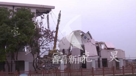 房屋拆除中发生意外坍塌 挖机内师徒二人不幸当场身亡