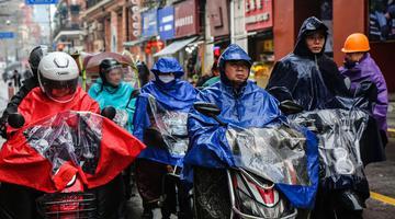 上海持续阴雨市民百态 网友:问晴为何物
