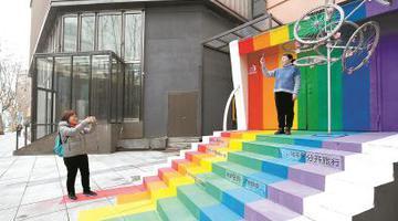 分类垃圾被设计成艺术品美化小区