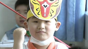 小学生头戴可爱一米帽返校