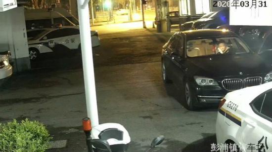 图说:冀某将车 驶入彭浦镇派出所大院。警方供图(下同)