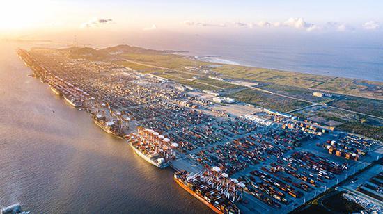 上海洋山港生产运营基本恢复常态 无人码头昼夜连续作业