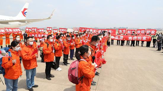 上海最后一批抗疫英雄回家 包机已于12:03抵达虹桥机场