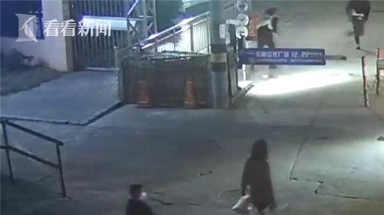男子无证驾驶还酒驾逃跑 民警街头上演跨栏赛将其擒获