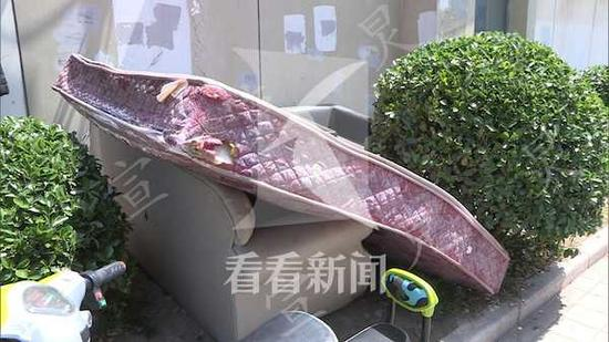 两岁男童酒店高坠悬吊半空 市民搬来沙发将其接住