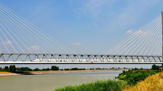 动车组列车经过商合杭高铁裕溪河特大桥。 本文图片均为中国铁路上海局集团有限公司供图