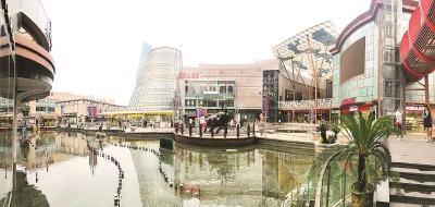 百联南桥购物中心给市郊百姓提供了一个集购物、餐饮、文化、休闲等功能于一体的大型现代商城。本报记者赵立荣摄