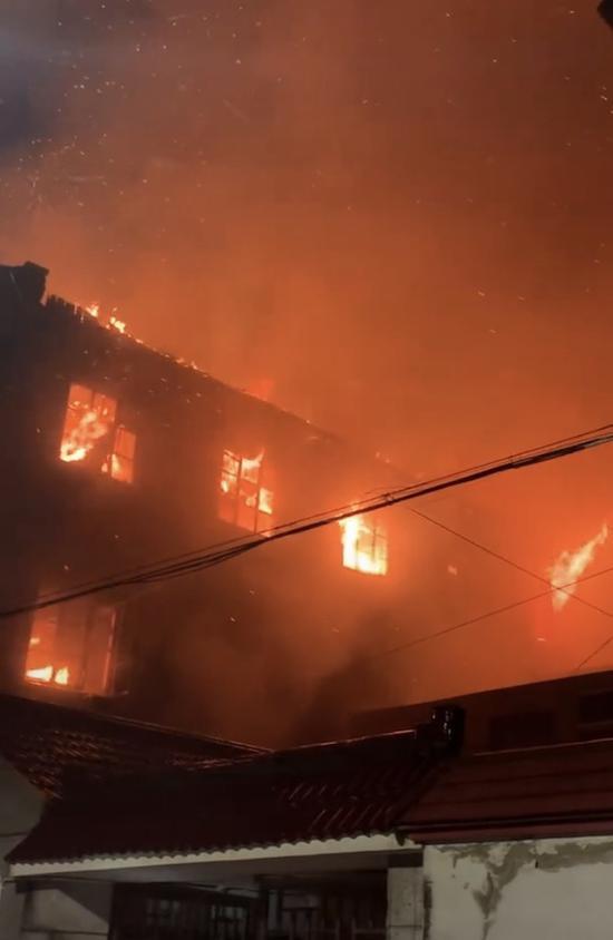 沪南公路一厂房发生火灾 过火面积约200m无人员伤亡