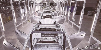 。 上图:特斯拉上海超级工厂焊装车间。 (特斯拉供图)