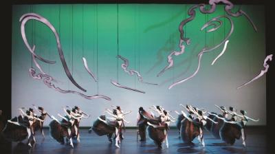 中央芭蕾舞团创排的芭蕾舞剧《敦煌》分为两幕七场,100余位舞者以芭蕾和中国舞、民族民间舞相结合的方式,演绎敦煌石窟中婆娑曼妙的飞天壁画。图为舞剧《敦煌》剧照。(东艺供图)
